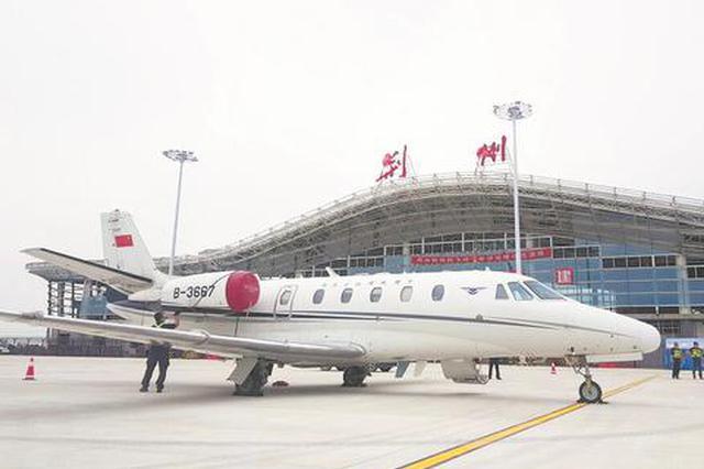 荆州机场迎来首架飞机降落 机场通航进入倒计时