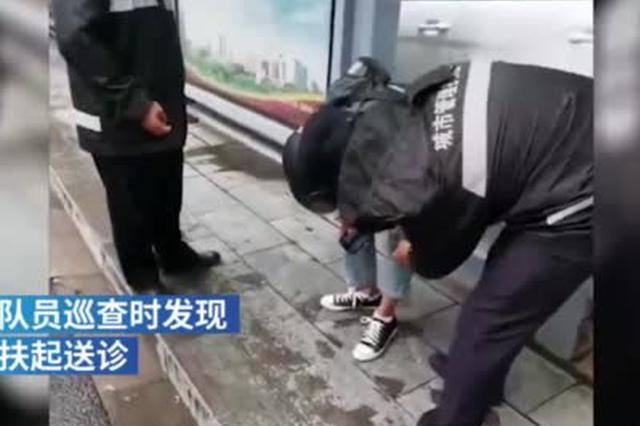 骑电动车摔倒受伤 路过城管扶男子就医