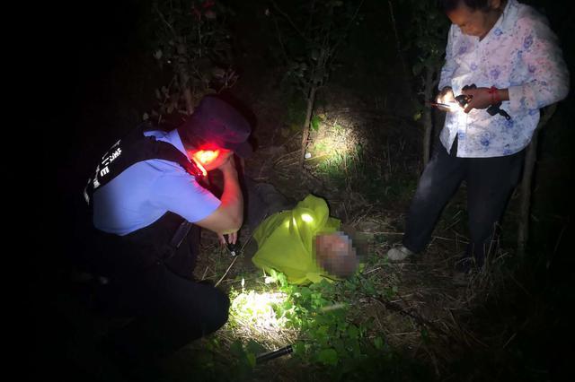七旬老人外出掉落山坡 民警携带警犬营救