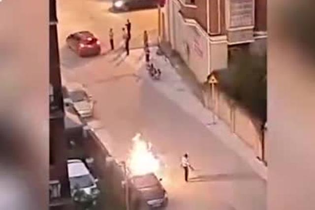 男子在违停车辆车顶放鞭炮 随后车辆被数人合力抬走