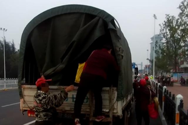改装货车还搭载30多人 襄阳男子被罚1000元记6分