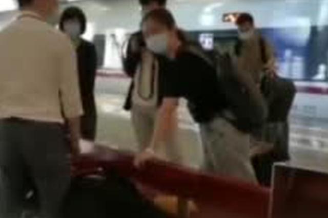 援鄂医生回访武汉 在高铁站救了一名突发疾病旅客