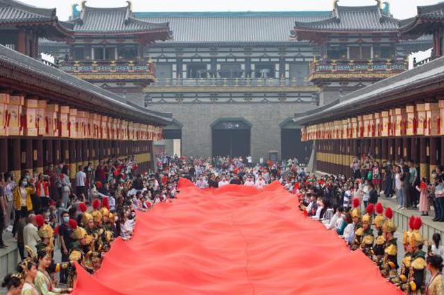 湖北襄阳:71米长巨型红旗庆华诞