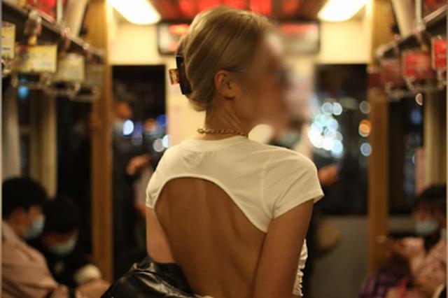 女孩穿露背装在有轨电车拍照遭斥责:想留下一些回忆