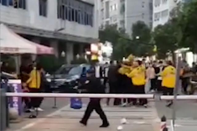 武汉一高校保安与外卖小哥互殴 校方称因挪车起冲突