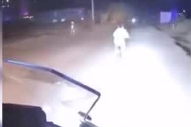 男子骑摩托为男孩照明被当坏人 吓得孩子弃车喊妈妈