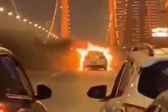 武汉一轿车鹦鹉洲长江大桥上起火燃烧 造成桥面拥堵