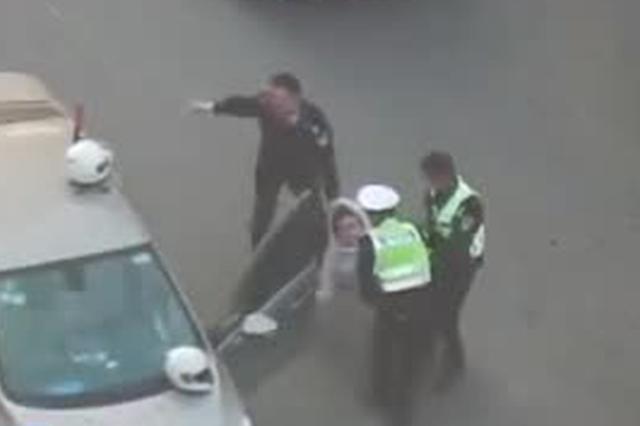 男子醉驾将车停路中酣睡 民警叫不醒合力将他抬下车
