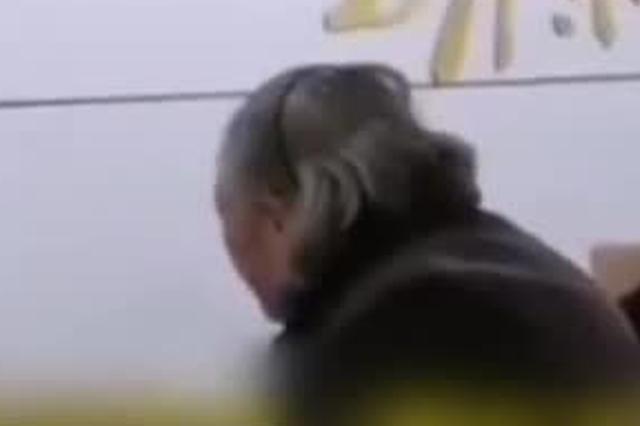 宜昌一老人冒雨用现金交医保被拒 官方:已上门办理