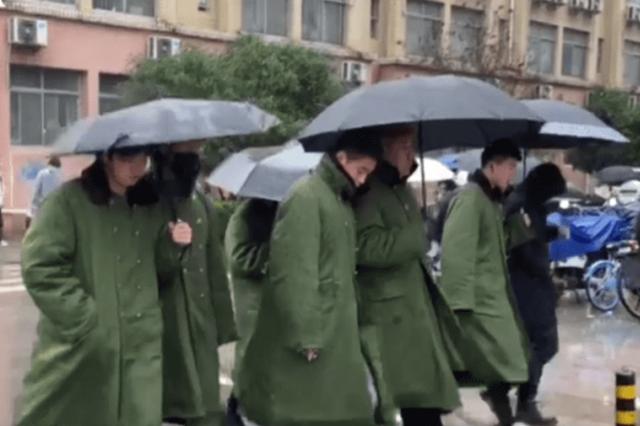 武汉一高校男生组团穿军大衣上课 网友:潮流又保暖
