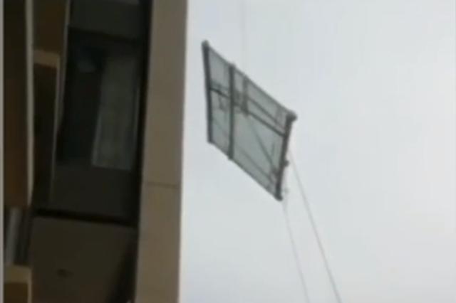 武汉一小区高空吊装玻璃意外脱落 物业:处罚施工方