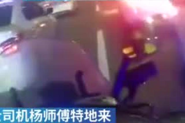 武汉一的哥载断指乘客就医 交警驾摩托车开道