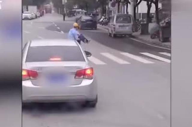 """拄拐老人行动缓慢 他下车""""公主抱""""帮其过马路"""