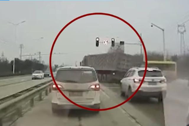 半挂车闯红灯险酿惨剧 校车司机瞬间倒车避险