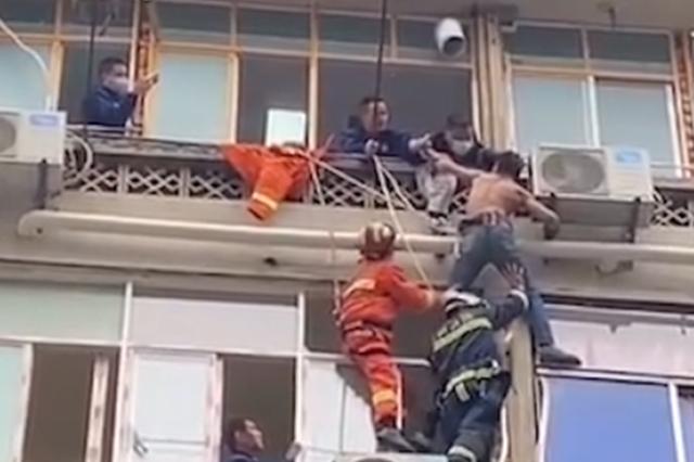 小偷逃窜时被困六楼窗外 消防和民警合力救援