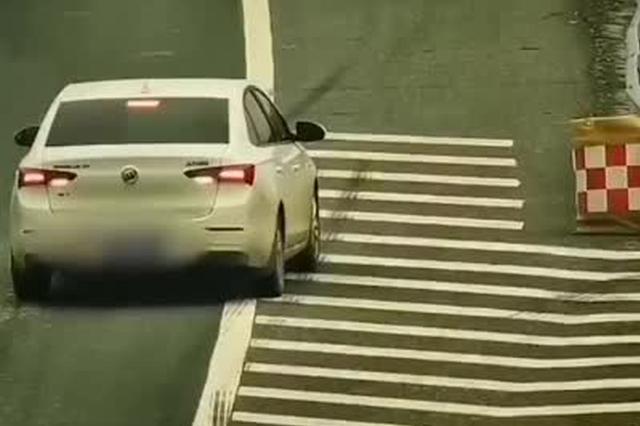 司机分心驾驶错过高速出口 停应急车道向后倒车被罚