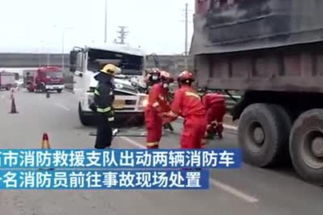 满载油料的罐车追尾货车 驾驶员被困驾驶室