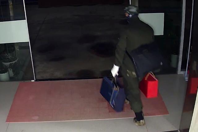 男子带几套衣物行窃:一旦被发现 途中换装逃走