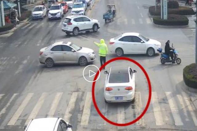 襄阳一幼童误饮清洁剂穿红灯送医 民警开道护送