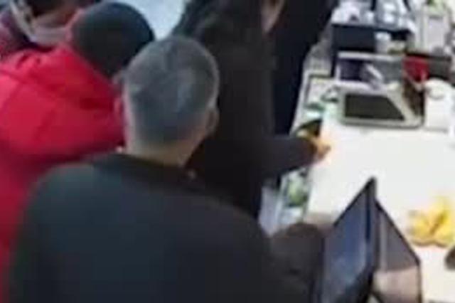 老人疑插队未果用菜砸收银员 超市称事件已解决