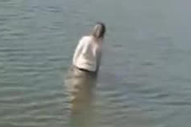 女子跳河轻生 孝感民警冲进河水将其拖上岸