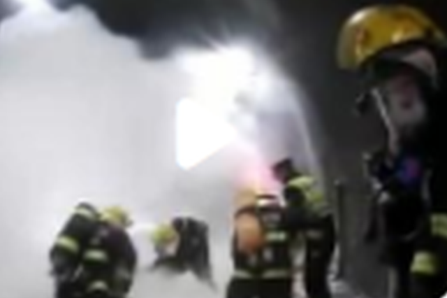 湖北一货车隧道内自燃起火 消防民警联手扑救