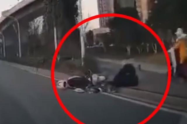 男子骑电动车与汽车擦碰 扶起车后欲逃跑被司机扑倒