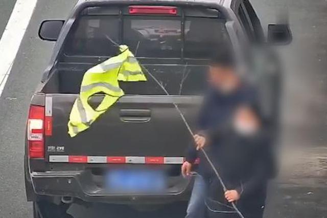 车辆高速公路上爆胎 车主拿树枝制作警示牌