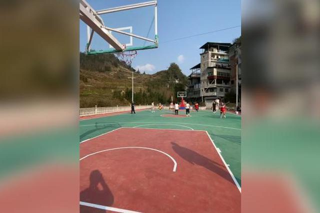 恩施一球友在老家自建篮球场:耗时2年花费60万元