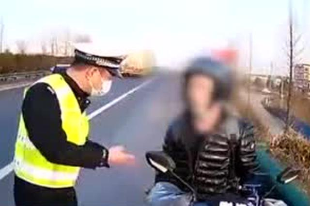 黄冈一外卖小哥骑电动车高速逆行 交警护送驶离