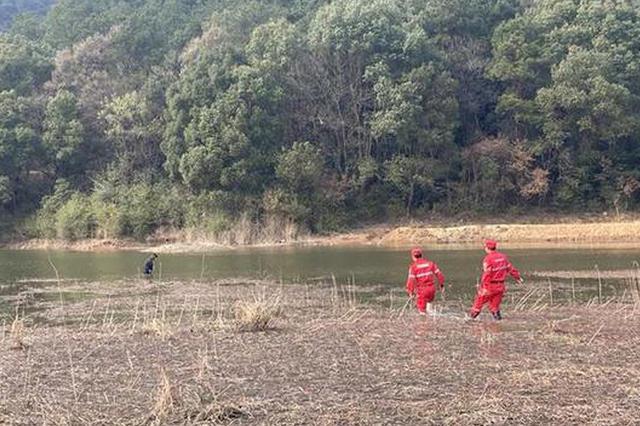 野外拉练途中遇女子轻生 救援队员奋不顾身下水救人