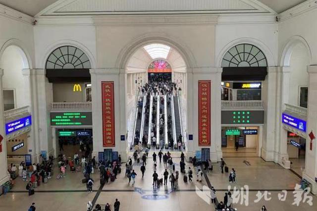 武铁加开54列客车 迎学生返程高峰