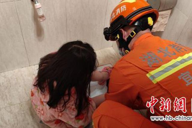 女孩不慎滑入便池右脚被卡 消防员成功施救
