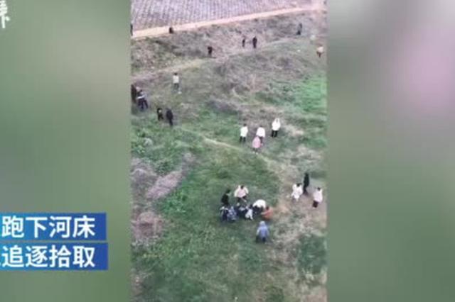 元宵节宜昌有人桥边撒钱 工作人员:当地节日风俗