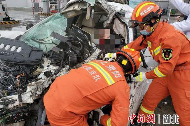两车相撞一人被困驾驶室 消防员破拆救援