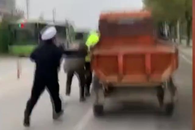 湖北一超載三輪車掛載交警4公里 多名民警駕車攔截