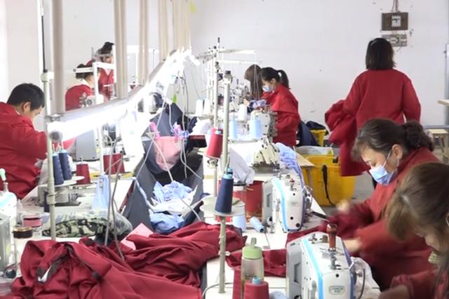 """武汉""""宝妈工厂"""":带娃工作两不误 订单销往海内外"""
