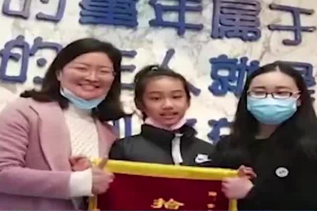 """武汉一小学生收到失主送的习题册 笑容""""凝固""""了"""