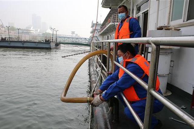 武汉市中心港区首艘轮渡污水集运船启用