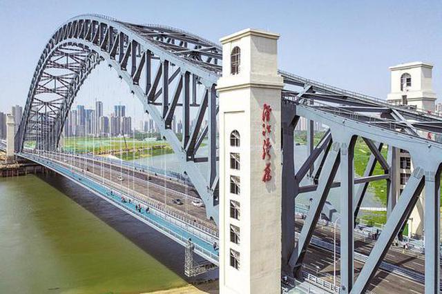 武汉开通最宽汉江桥 吸引众多市民上桥拍照打卡