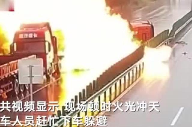 黄冈一辆油罐车侧翻引发大火 油罐爆燃瞬间火光冲天