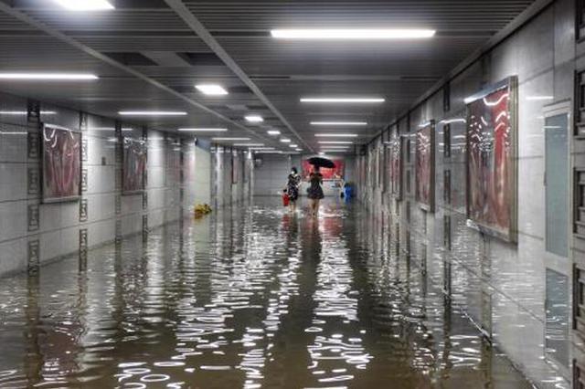 武汉突降暴雨 火车站候车厅顶棚遭雨水倒灌