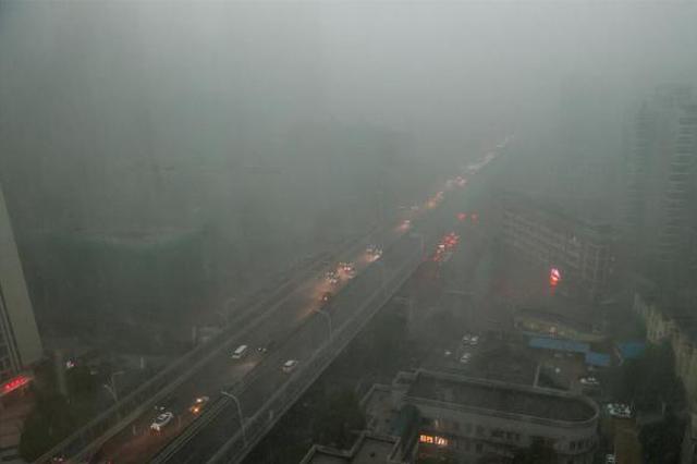 """强降雨袭湖北 武汉""""白昼变黑夜"""""""
