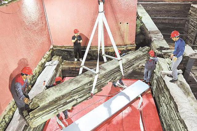 曾侯乙墓启动保护修缮工程 椁室起吊的第一根椁木