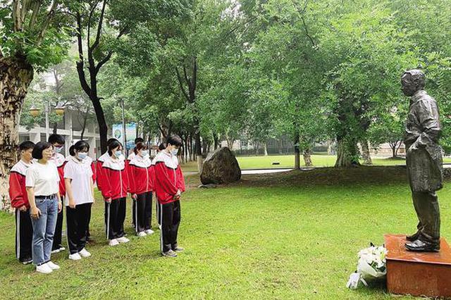 武汉市民自发前往袁隆平母校武汉四中悼念
