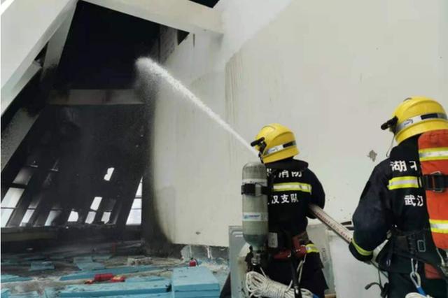 武汉一在建工地违规电焊引发火灾 直接责任人被行拘