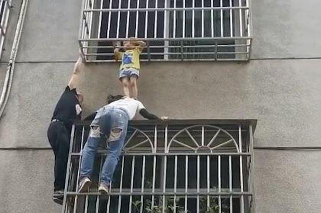 """荆州一女童被卡3楼防盗窗 女子当""""肉垫""""支撑20分钟"""
