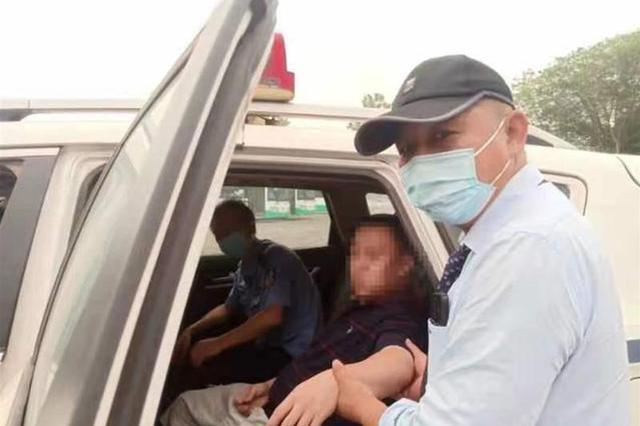 男子双腿悬空桥外欲轻生 公交司机和乘客合力救下