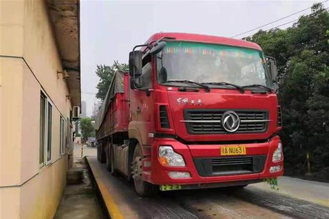 超载24吨大货车趁夜色逃逸 司机及公司面临顶格处罚