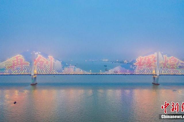 暴雨过后 武汉上空云雾缭绕如梦似幻